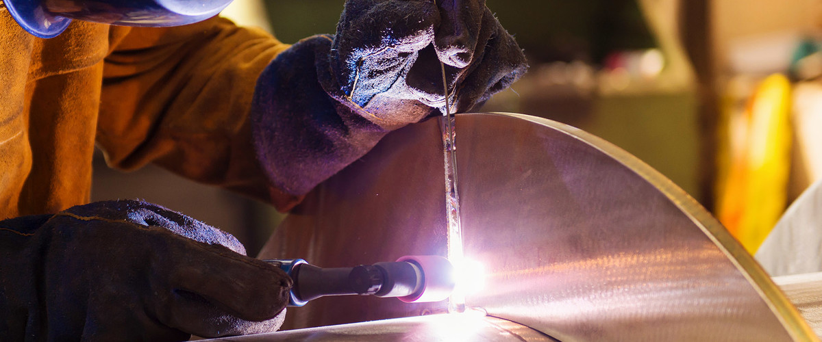 graphicstock-young-man-with-protective-mask-welding-in-a-factory_SCxmXkc6Z-